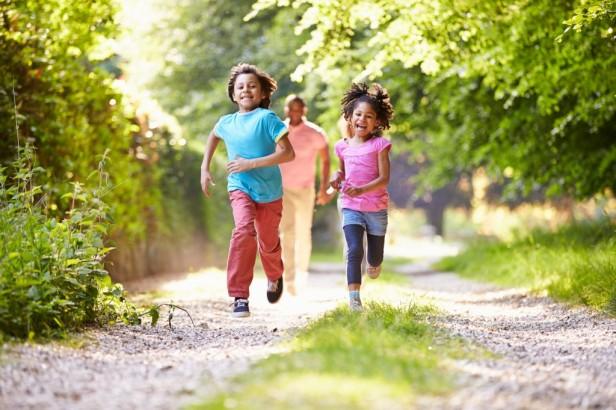 kids runnning  black-1024x682
